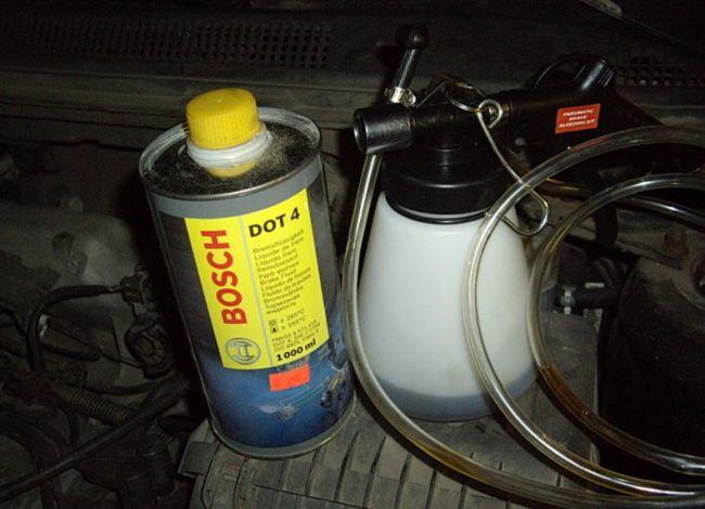 Как сменить тормозную жидкость в автомобиле 2