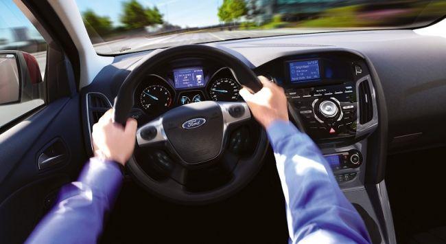 В компании Форд изучили степень влагостойкости ткани кресел автомобилей