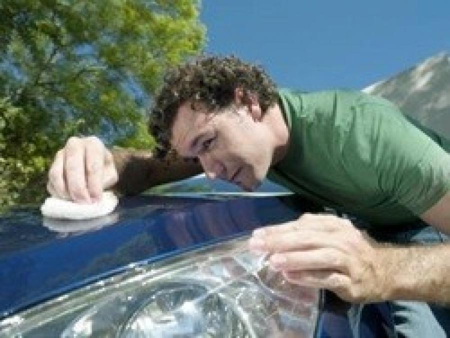 осмотр кузова автомобиля на потребность в полировке